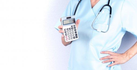 Ärztin mit Taschenrechner