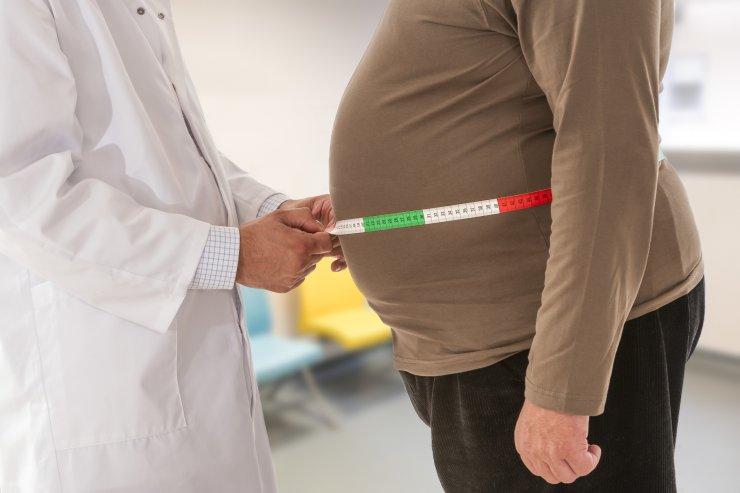 Arzt misst Bauchumfang bei Patient