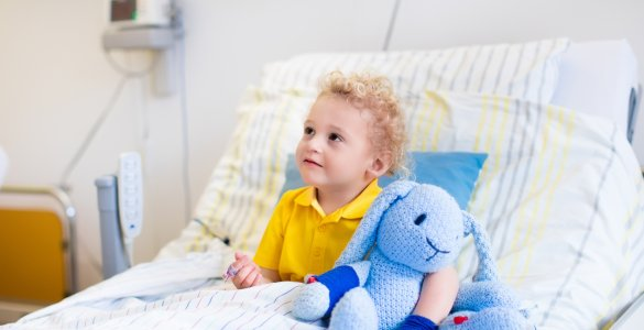 Kleiner Junge im Krankenhausbett