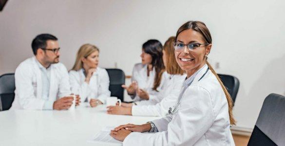 Krankenhauspersonal in einer Besprechung
